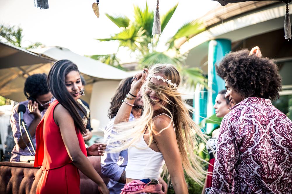 junge menschen feiern auf ibiza